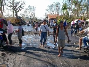 台風レミン、土石流で埋もれた道路を歩く被災者