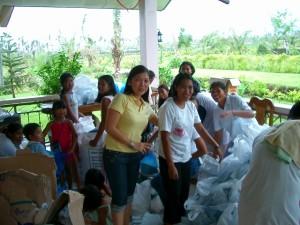 台風レミン、支援物資を袋詰めする近所のボランティア