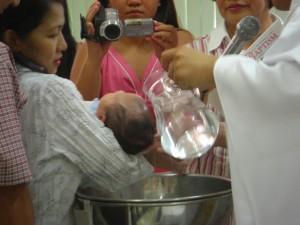 洗礼というくらいだから本当に水をかける
