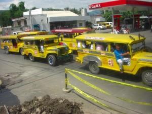 オロンガポのジープニーは黄色で統一されている