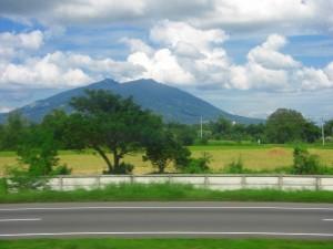 広大な平野にぽつんとそびえるアラヤット山