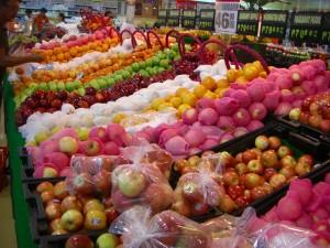 豊富に陳列された果物