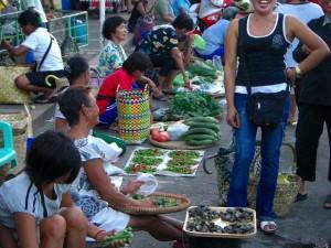 マーケットの裏手で、野菜を売る行商人