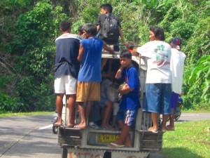 田舎に行くとジープニーに群がって移動する